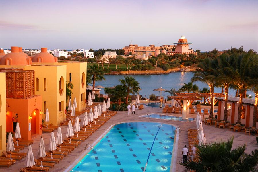 Pool mit Hotel