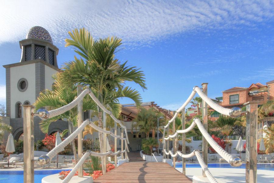 Pool und Hotelanlange