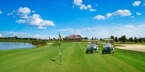 Blick vom Golfplatz auf das Clubhouse