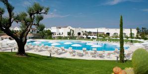 Pool und Hotelanlage