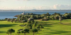 Blick auf die Insel Alcanada mit Leuchtturm