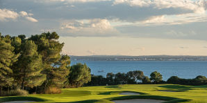 Golfplatz mit Meerblick