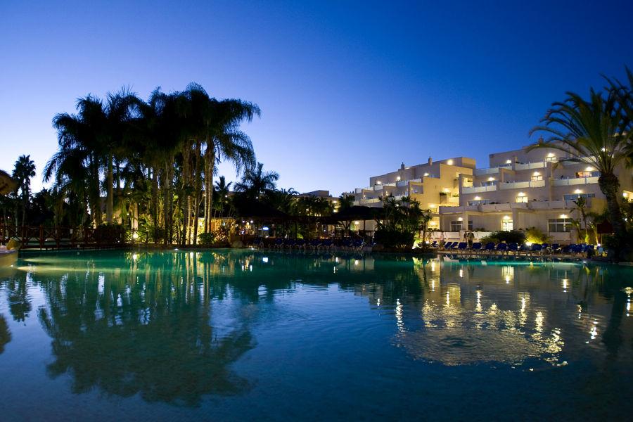 Hotel und Pool bei Nacht