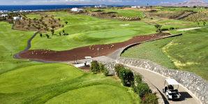 Lanzarote Golf ist ein moderner 18 Loch Golfplatz, der von dem bekannten nordamerikanischen Designer Ron Kirby entworfen wurde. Die Fairways wurden an das originale gewellte Grundstück angepasst.