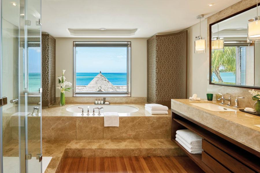 Luxuriöses Bad mit Meerblick