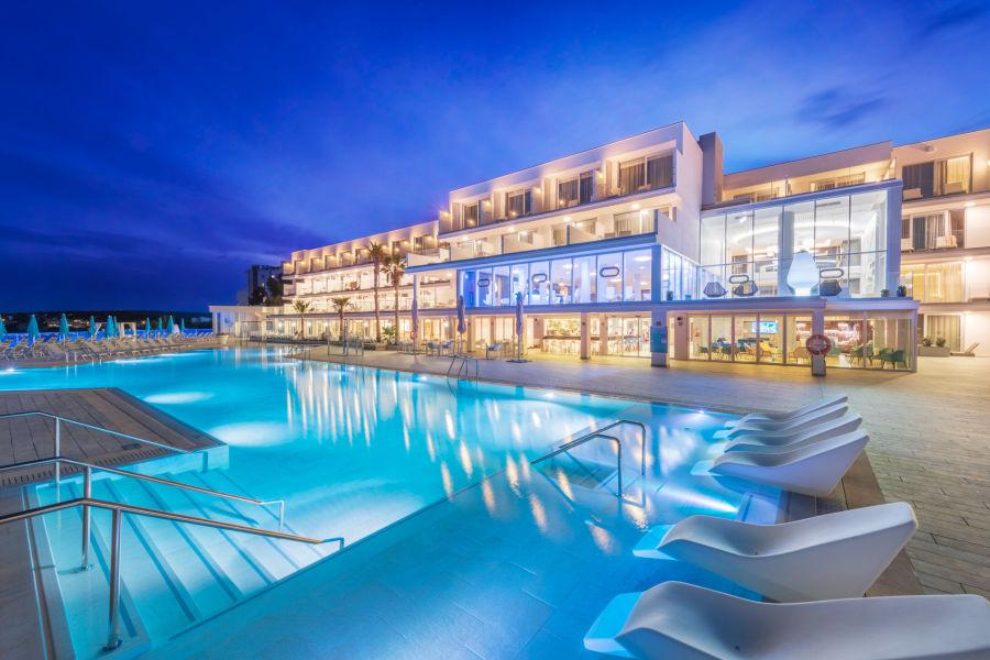 Hotel und Poolbereich