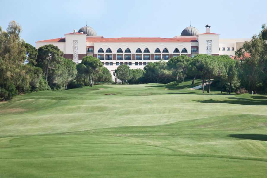 Blick vom Golfplatz auf das Hotel